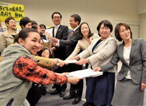 子ども医療全国ネットの院内集会で、母親らから署名を受け取る(右から)田村、吉良、日吉雄太(立憲民主党)、山下の各議員=7日、衆院第2議員会館