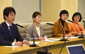 記者会見する(左から)池川友一、大山とも子、和泉、藤田りょうこの各氏=14日、都庁内