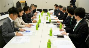 安倍改憲について、さまざまな角度から議論する日本共産党議員団(左)と、法律家団体=1日、東京都千代田区