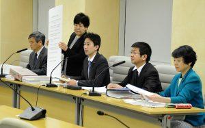 調査結果について記者会見する日本共産党都議団=12日、都庁