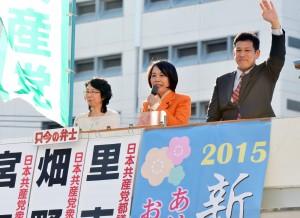 新春街頭演説で訴える(右から)宮本徹衆院議員、畑野君枝衆院議員。左は里吉ゆみ都議=5日、東京・新宿駅東口