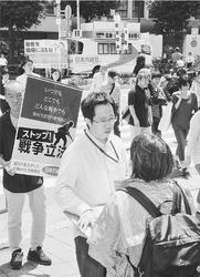 (写真)「戦争法案ストップ」と街頭で宣伝する人たち。車上から訴えるのは宮本徹衆院議員=17日、東京・新宿駅南口