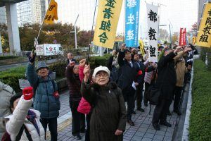 都庁に向かって声をあげる参加者=1日、東京都庁