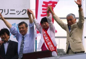 聴衆の声援にこたえる右から吉田、河野、穀田の各氏=16日、東京・江戸川区