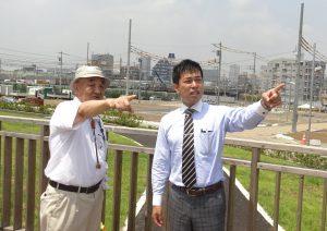 スーパー堤防事業を現地視察する(右から)谷川、堀の各氏=19日、東京都江戸川区