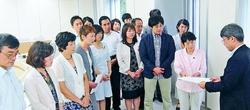 都の担当者(右端)に要請書をわたす党都議団=29日、東京都庁内