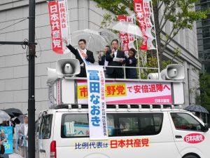 労働者後援会の宣伝で訴える小田川代表委員と冨田なおき比例候補(左)ら