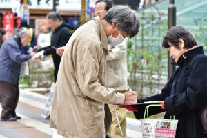 東京都豊島区で3000万署名に応じる人たち