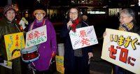 「原発いらない行動・日野」で訴える(右から2番目)岡田じゅん子・日野市議候補、ちかざわ美樹・日野市議=15日、日野市