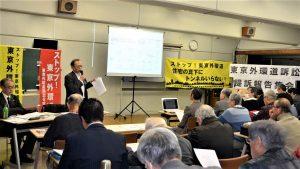 東京外環道路訴訟について説明する武内更一(左から2人目)、遠藤憲一(左端)=20日、東京都武蔵野市