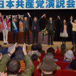 聴衆の声援に応える小池書記局長(中央)、応援弁士と市議予定候補の5氏=3日、東京都日野市
