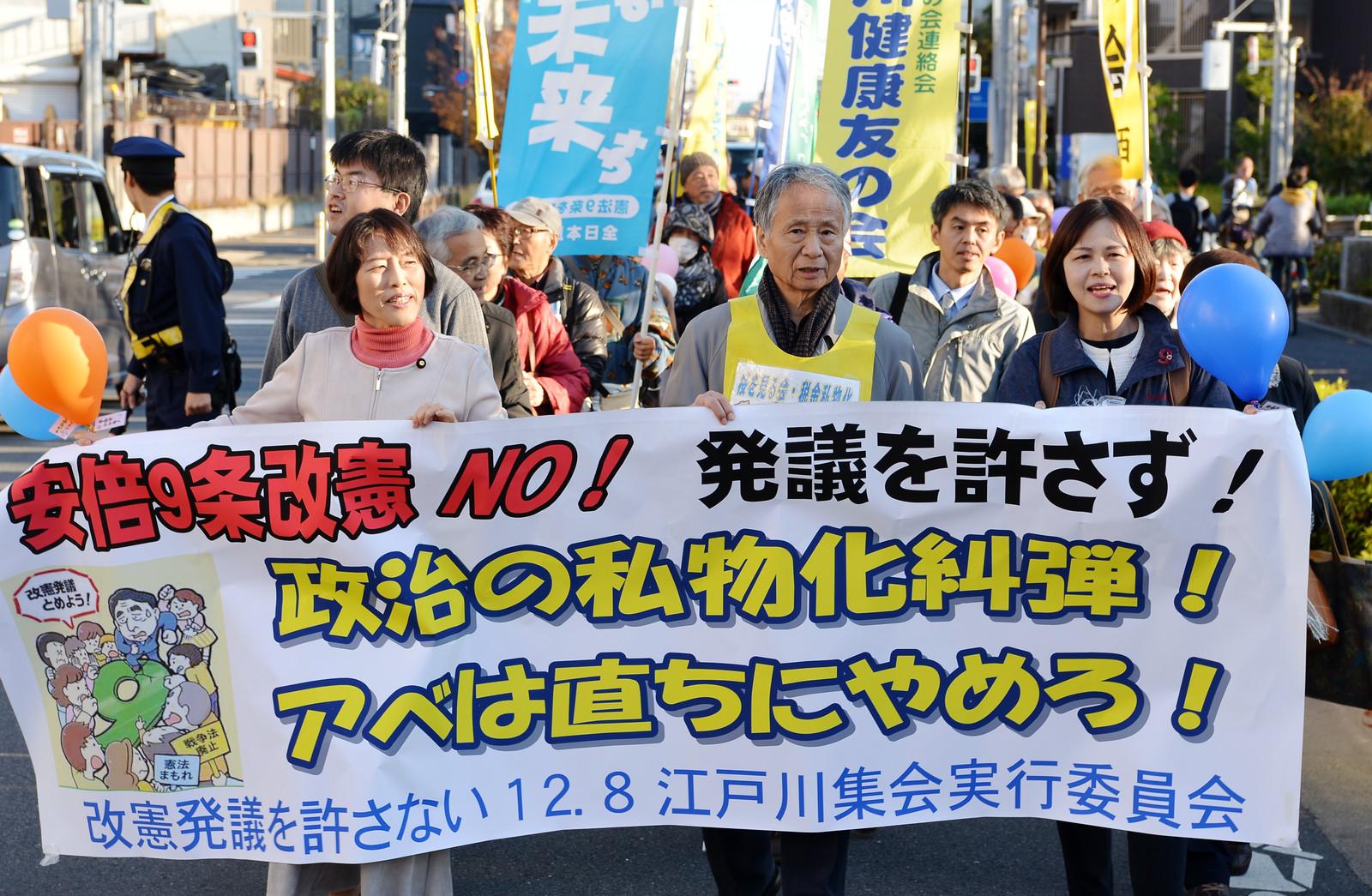 「国政私物化許さない」と声をあげる田村氏と参加者ら