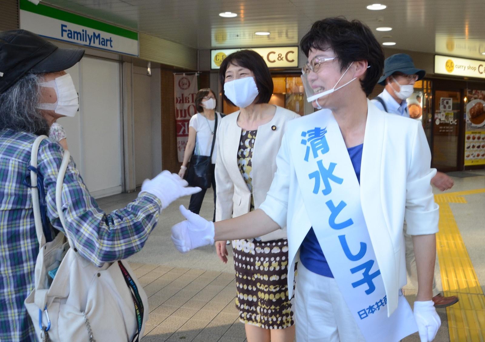 街頭演説後に市民の激励を受ける清水都議候補と応援に駆けつけた田村氏