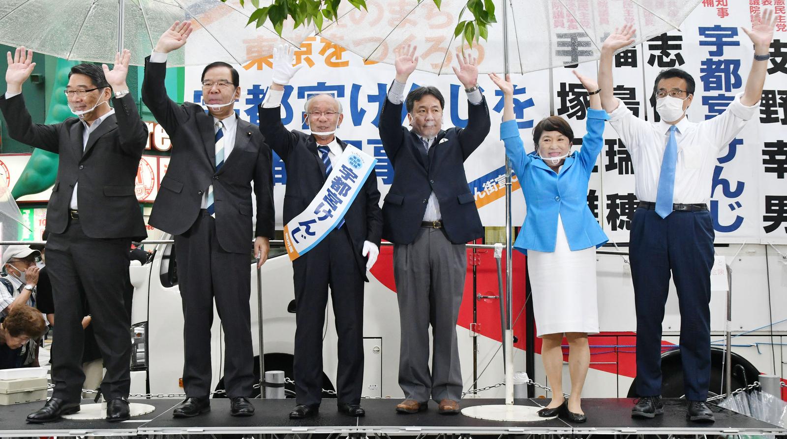 声援に応える(左から)前川、志位、宇都宮、枝野、福島、岡田の各氏