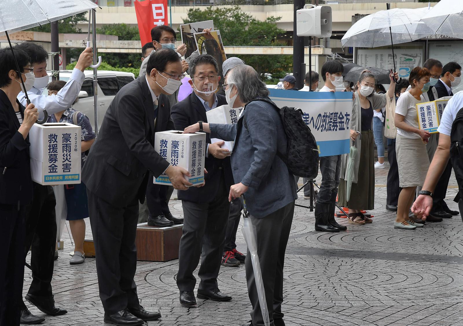 豪雨災害救援募金への協力を訴える志位委員長ら党議員団と民青の人たち