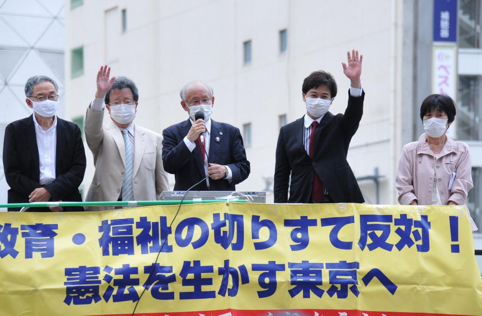 革新都政をつくる会のリレートークで訴える(左2人目から)永山、宇都宮、原田の各氏ら