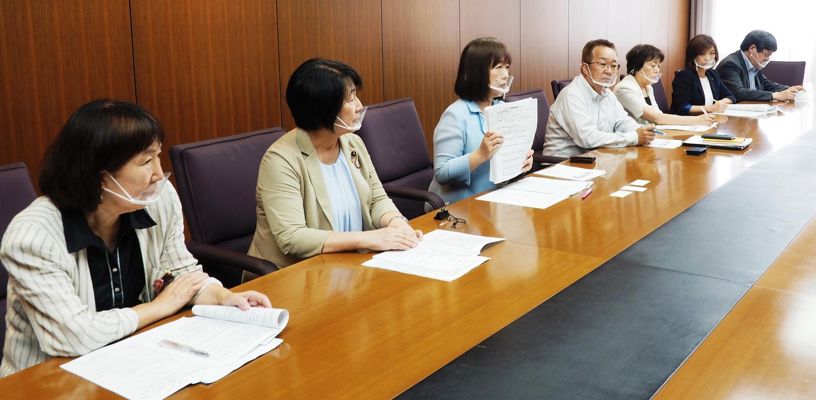 介護事業者緊急アンケートの結果について記者会見する党足立区議団