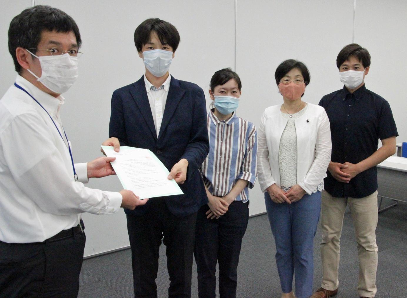 担当者に申し入れる(左2人目から)池川、米倉、尾崎、原田の各都議