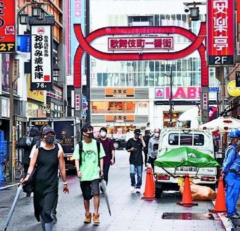 日本有数の歓楽街・歌舞伎町を歩く若者たち