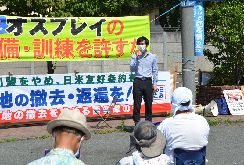 オスプレイ配備撤回、横田基地の撤去を求める座り込みでスピーチする日本共産党の山添拓参院議員