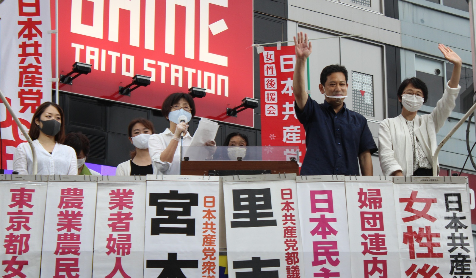 共産党への支持を呼びかける後援会員と(右端から)里吉ゆみ都議、宮本徹衆院議員ら