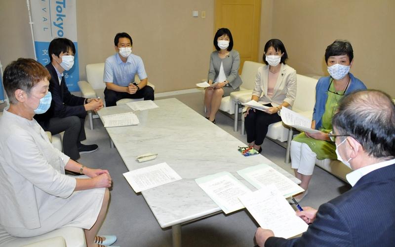 東京都の多羅尾副知事(手前右)に申し入れる日本共産党都議団