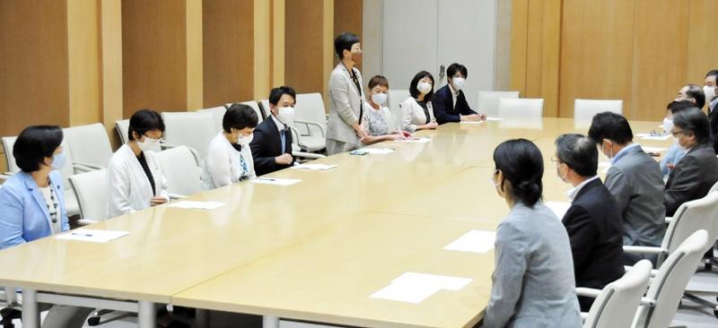 小池都知事にあいさつする日本共産党都議団の和泉幹事長