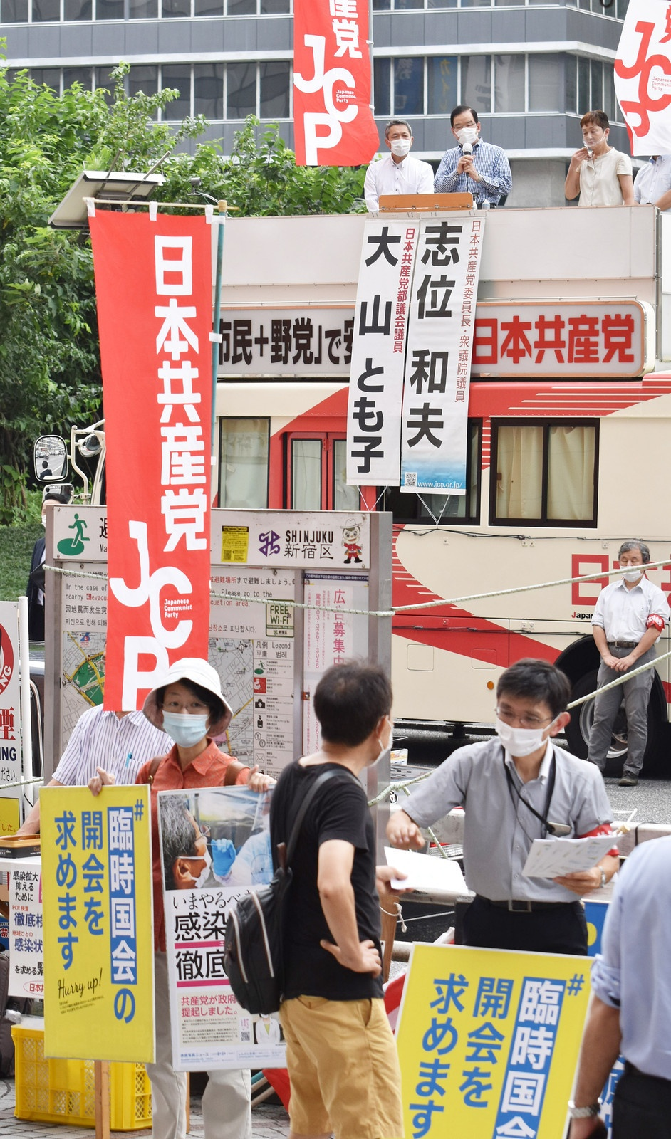 PCR検査の抜本的強化を求める緊急街頭演説。車上で訴える志位和夫委員長