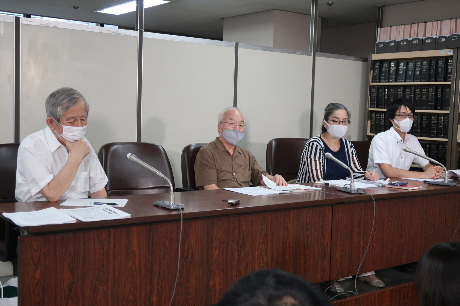 弁論後に会見する(右から)大住広太、淵脇みどり両弁護士、中野幸則原告団長ら