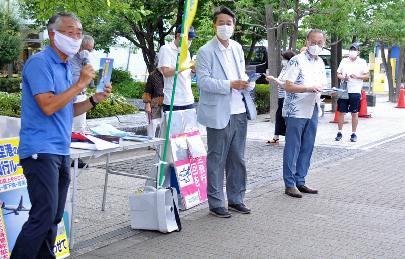 「羽田新ルートは中止を」と訴える「みなとの空を守る会」の増間共同代表、海江田、笠井両氏