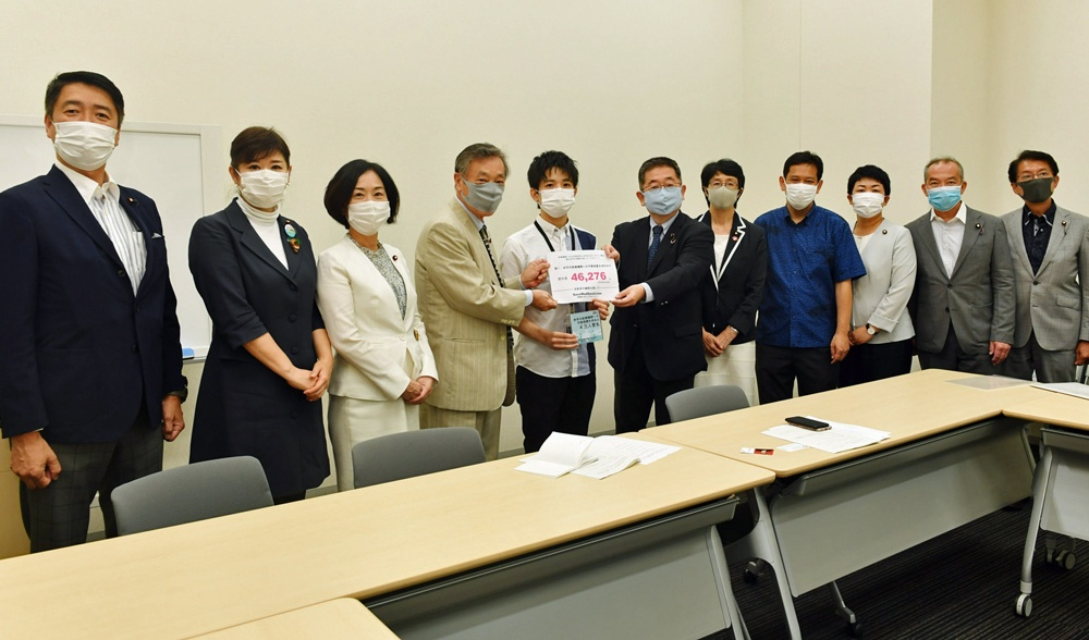 室生氏(左から5人目)から署名を受け取る小池氏(その右)ら党国会議員団