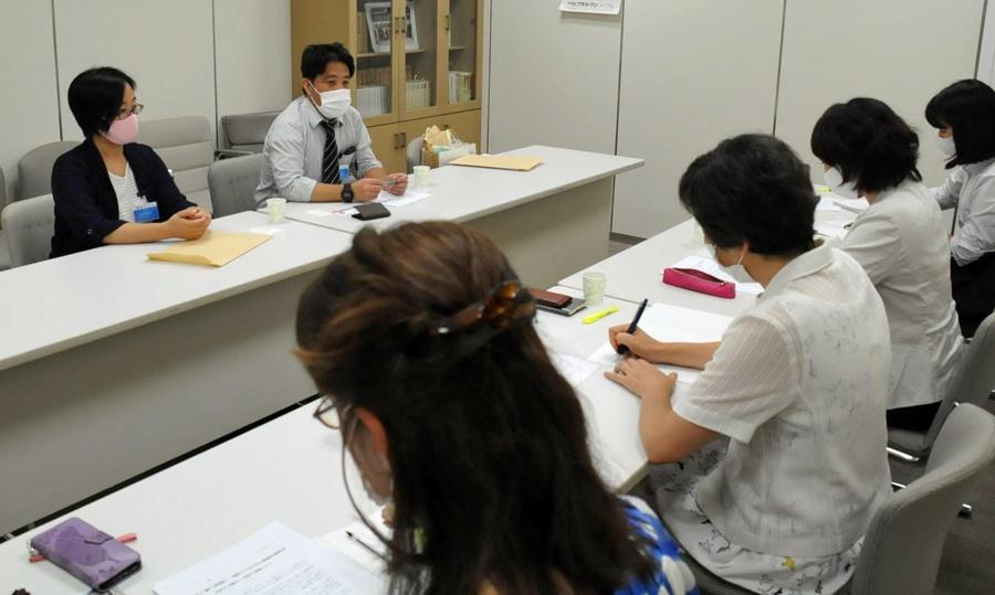 日本共産党都議団(手前)と懇談する「東京20人授業プロジェクト」の人たち