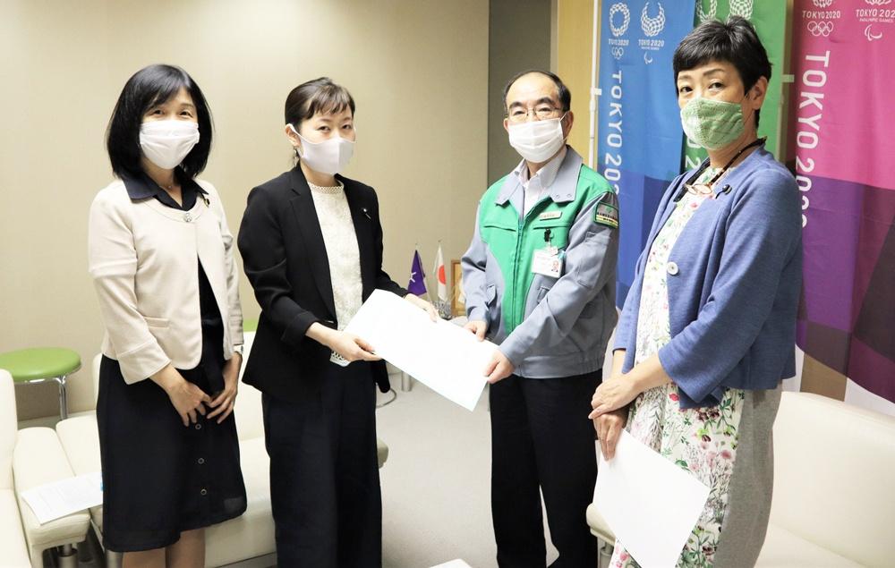 東京都の多羅尾副知事に申し入れ書を手渡す日本共産党都議団