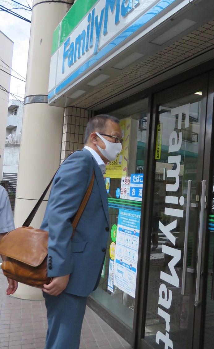 コンビニを訪問する笠井亮衆院議員=10日、東京都豊島区