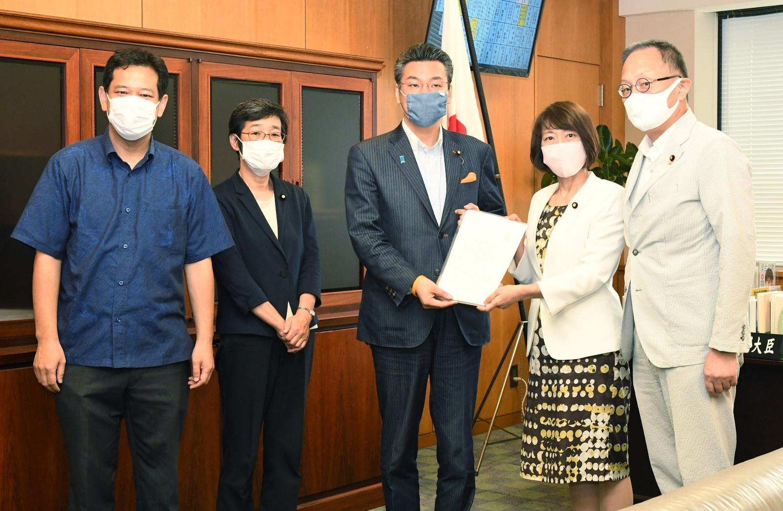 橋本厚労副大臣(中央)に申し入れる(右へ)田村、笠井、(左から)宮本、倉林の各議員