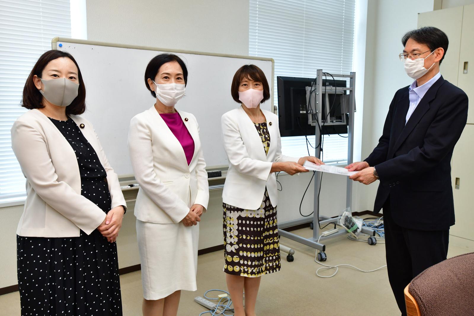 文科省に申し入れる(左から)吉良、畑野、田村の各氏=11日、文科省