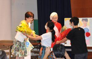 市長・市議補選に向けたキックオフ集会で花束を贈られる黒川(正面左)、山花(同右)の両候補