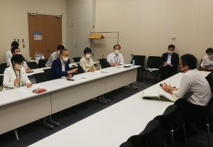 中小企業庁に要請する笠井衆院議員(左側、前列の左から2人面)ら
