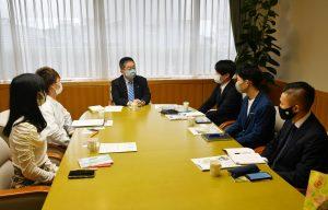 (写真)学生と懇談する小池書記局長